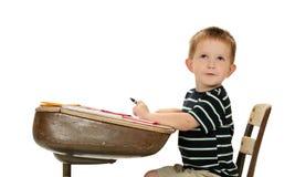 Grundschule-Junge denkt auf seinem folgenden Projekt Stockfotos
