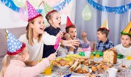 Grundskola för barn mellan 5 och 11 årålderbarn som har en bra tid på en födelsedagmedeltal Arkivbild