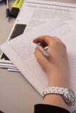 Grundskola för barn mellan 5 och 11 år lurar handstil med blyertspennor på deras skrivbord, slut upp Arkivbilder