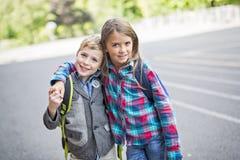 Grundskola för barn mellan 5 och 11 år för två childsflickor utanför Arkivfoto