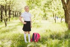 Grundskola för barn mellan 5 och 11 årflicka med ryggsäcken utomhus royaltyfria foton