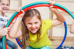 Grundskola för barn mellan 5 och 11 årstudent i idrottshall Royaltyfri Fotografi