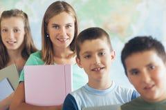 Grundskola för barn mellan 5 och 11 årstudenter i klassrumet Royaltyfri Foto