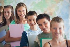 Grundskola för barn mellan 5 och 11 årstudenter i klassrumet Arkivfoton