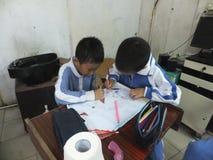 Grundskola för barn mellan 5 och 11 årstudenter i målning Royaltyfri Fotografi