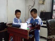 Grundskola för barn mellan 5 och 11 årstudenter i målning Royaltyfri Foto