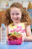 Grundskolaelev med den sunda lunchasken Arkivfoto
