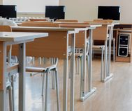 Grundskolaklassrum i Ukraina, skolaskrivbord i datorgruppen Arkivfoton