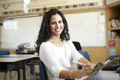 Grundskolalärare In Computer Class royaltyfri foto