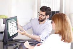 Grundstücksmakler bei der Arbeit lizenzfreie stockbilder