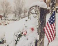 Grundstein im Schnee mit Flagge stockfoto