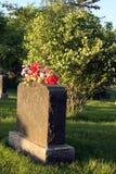 Grundstein mit Blumen stockbilder