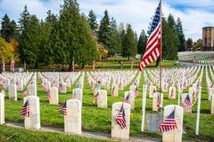 Grundsteine mit amerikanischen Flaggen in Arlington der Westveterane Lizenzfreies Stockfoto