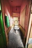 Grunge övergiven toilette royaltyfria foton