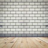 Grunge ściana z cegieł biały tło i drewno perspektywy podłogowy ro zdjęcie stock