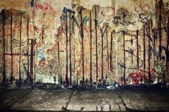 Grunge, σκουριασμένος συμπαγής τοίχος με τα τυχαία γκράφιτι Στοκ Φωτογραφίες