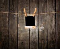 grunge пустого clothesline предпосылки темное вися немедленное фото Стоковая Фотография RF