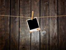 grunge пустого clothesline предпосылки темное вися немедленное фото Стоковое Фото