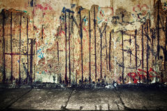 Grunge, ржавая бетонная стена с случайными граффити Стоковые Фото