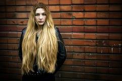 grunge头发长的纵向妇女 图库摄影