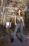 女孩grunge青少年的隧道 免版税库存照片