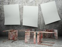 grunge 3d hölzerne Stühle mit leeren Plakaten Lizenzfreie Stockfotos