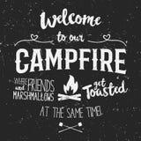 Винтажная иллюстрация плаката оформления с гостеприимсвом знака к лагерному костеру - влиянию Grunge Смешная литерность с лагерем Стоковые Изображения RF