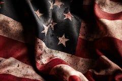 Grunge Amerikaanse vlag in vuil en bloedvlekken stock foto's