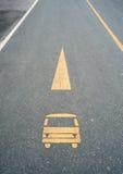 Grunge Autozeichen auf Straße Lizenzfreies Stockfoto