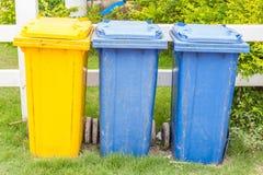 Grunge błękita i koloru żółtego koszy plastikowy park dla recyc publicznie Obraz Royalty Free