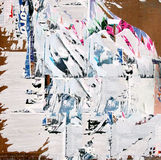 Grunge bakgrund med gammalt rivet papper royaltyfri fotografi