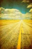 Grunge bild av huvudvägen och den blåa skyen Royaltyfri Bild