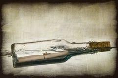 Grunge Bild der Meldung in einer Flasche Stockfotografie