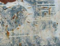 Grunge blaues weißes rostiges Metall mit Lecktropfenfänger stockfotos