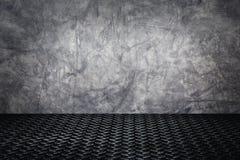 Grunge concrete muur met de donkere achtergrond van de metaaltextuur Stock Afbeeldingen