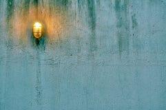 Grunge Concrete Muur met Lamp Stock Fotografie