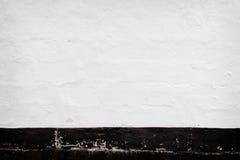 Grunge czarny biel malował ścianę z pęknięcia tłem Obraz Royalty Free