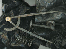 Grunge czerni wciąż życie z żelazną iglicą i caliper zdjęcia royalty free