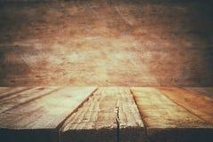 Grunge drewnianej deski stół przed starym drewnianym tłem obraz royalty free