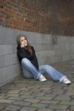 Grunge droevige jonge vrouw met gebreide hoed Royalty-vrije Stock Foto's