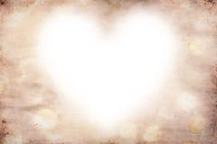 Grunge, el papel antiguo y el corazón blanco forman imagen de archivo
