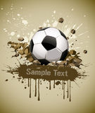 Grunge Fußball-Fußballkugel, die auf dem Boden fällt Lizenzfreie Stockfotografie