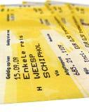 grunge gele geïsoleerdee treinkaartjes, document, reis stock foto