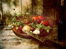 Grunge Gemüse und Wein auf Holz. lizenzfreies stockbild