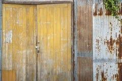 Grunge gofrujący żelazny i żółty drzwi Zdjęcia Royalty Free