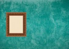 Grunge grüne Stuckwand mit leerem Bilderrahmen Stockfotografie