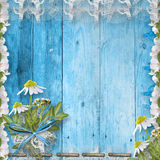 Grunge hölzerne Wand mit Blumenstrauß Stockfotos