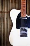 Grunge hölzerner Hintergrund mit elektrischer Gitarre Lizenzfreie Stockfotos