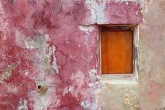 Grunge ha invecchiato la finestra di legno esposta all'aria rosa-rosso Fotografia Stock