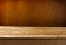 Grunge Hintergrund mit hölzerner Tabelle Lizenzfreie Stockfotografie